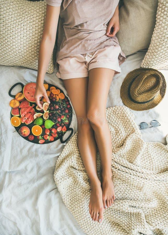Lato zdrowego surowego weganinu łasowania czysty śniadanie w łóżkowym pojęciu zdjęcia stock