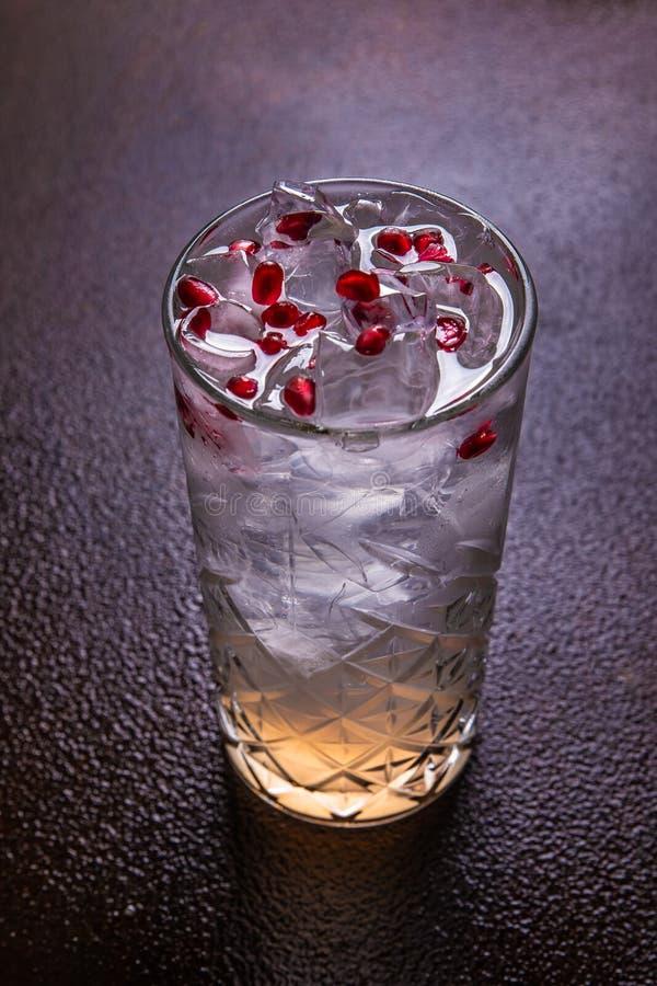 Lato zimny koktajl z kostka lodu, świeżym granatowa sokiem i granatowów ziarnami, granatowiec ?wie?a czerwie? obrazy royalty free