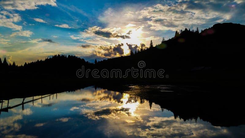 Lato zmierzch nad jezioro zdjęcie stock