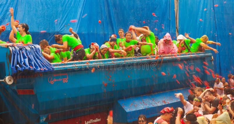 LaTomatina festival - under regn fotografering för bildbyråer