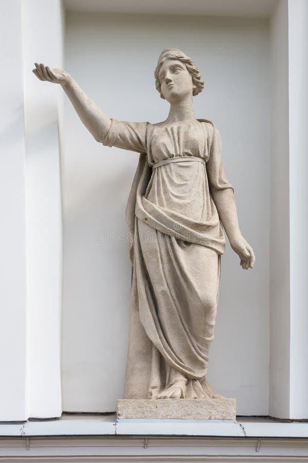 Latona雕象在Elagin海岛宫殿和公园复合体的厨房军团的适当位置的在圣彼德堡 免版税图库摄影