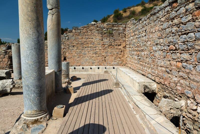 Latrine delle toilette pubbliche della città antica di Ephesus a Smirne, Turchia fotografie stock libere da diritti