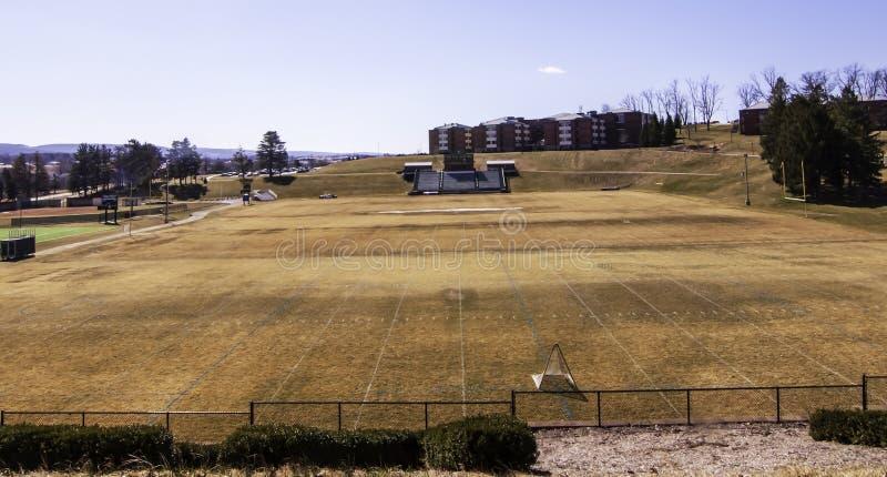 Latrobe, Pennsylvania, los E.E.U.U. 3/23/2019 del marrón, hierba muerta en primavera en el campo de fútbol de Chuck Noll en St Vi foto de archivo