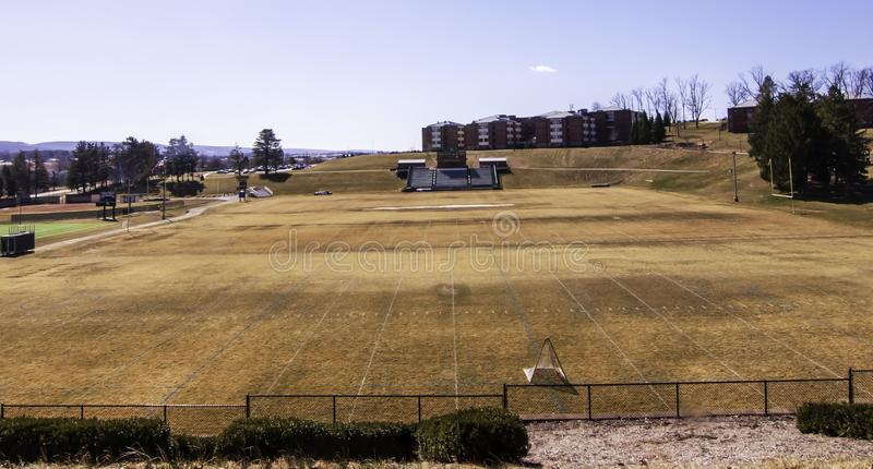 Latrobe, Pennsylvania, USA 3/23/2019 das Braun, totes Gras im Frühjahr auf dem Chuck Noll-Fußballplatz an St. Vincent University stockfoto