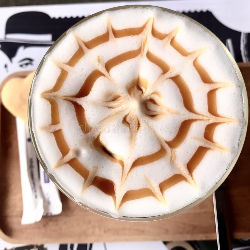 Latté de caramel avec le modèle radial image libre de droits