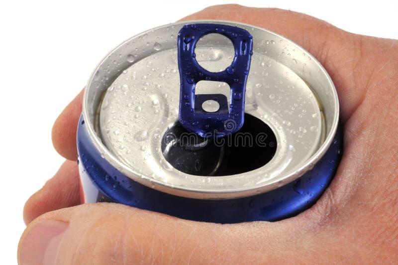 Latta della bevanda in primo piano in una mano fotografia stock