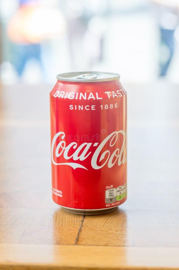 Latta della tavola di legno del drinkon di Coca-Cola fotografie stock libere da diritti