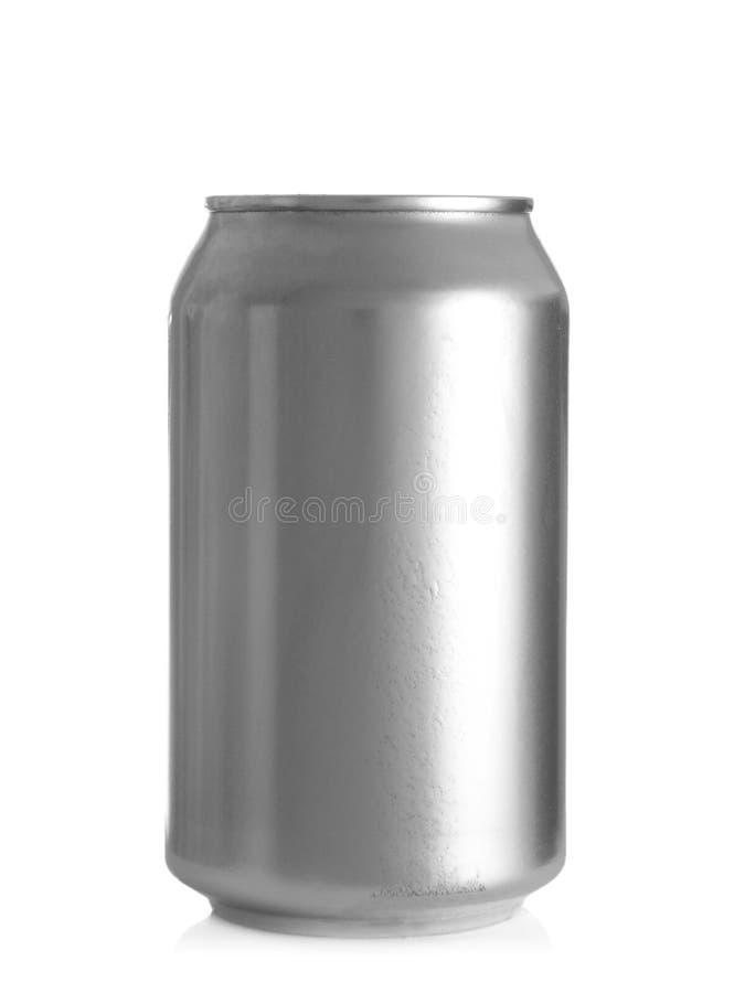 Latta di alluminio di birra fredda su fondo bianco fotografia stock libera da diritti