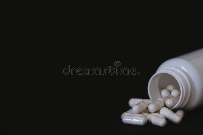 Latta di bianco delle pillole della vitamina/supplemento di allenamento fotografia stock