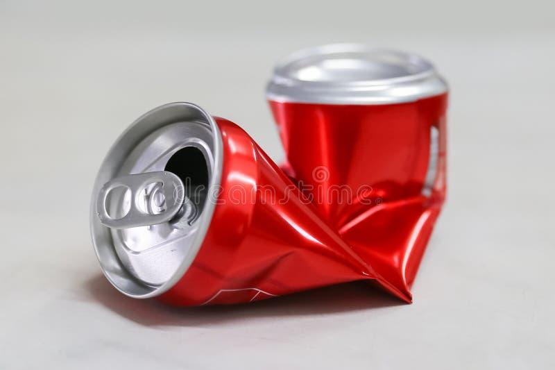 Latta di soda schiacciata rosso fotografie stock
