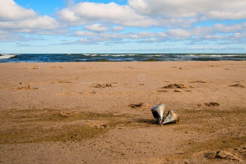 Latta di soda su una spiaggia del Mar Baltico immagine stock libera da diritti