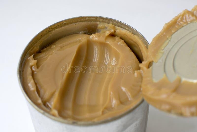 Latta Open con la caramella, latte condensato bollito fotografia stock