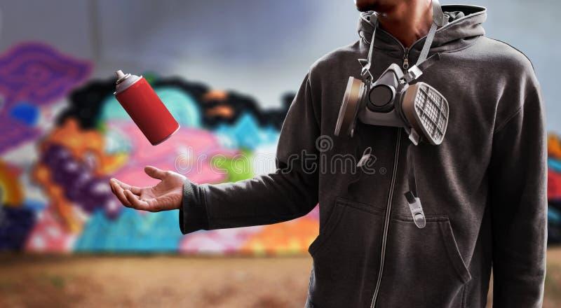 Latta utilizzata artista della pittura di spruzzo dei graffiti fotografia stock libera da diritti
