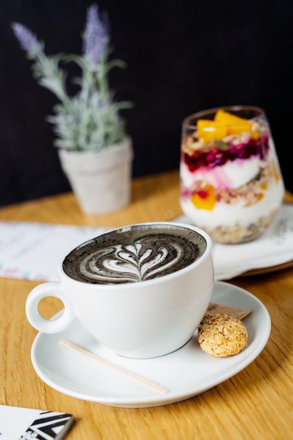 Latte угля Черное капучино Черный кофе с активированным углем стоковое фото rf