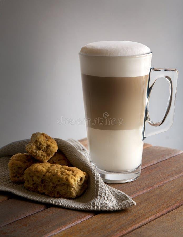 Latte και φρυγανιές στοκ εικόνα