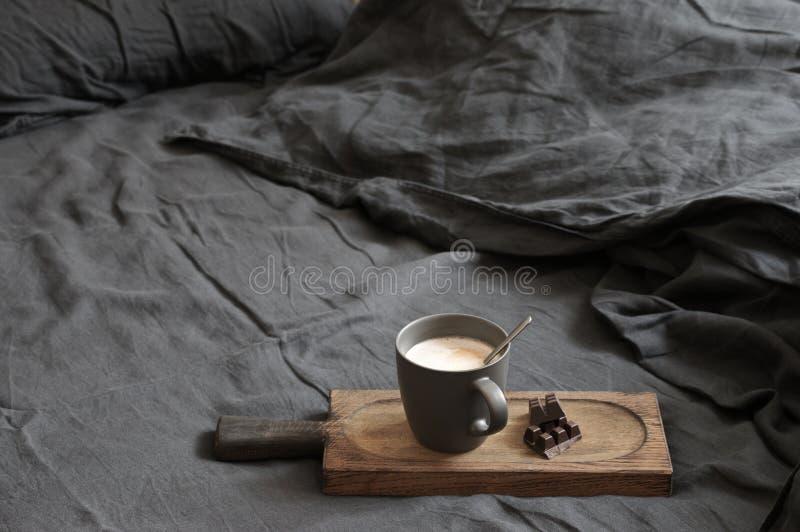 Latte и шоколад кофе в отменятьой кровати стоковые изображения