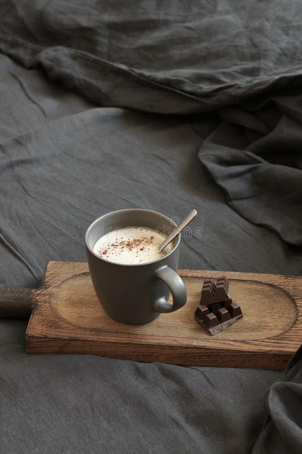 Latte и шоколад кофе в отменятьой кровати стоковые изображения rf