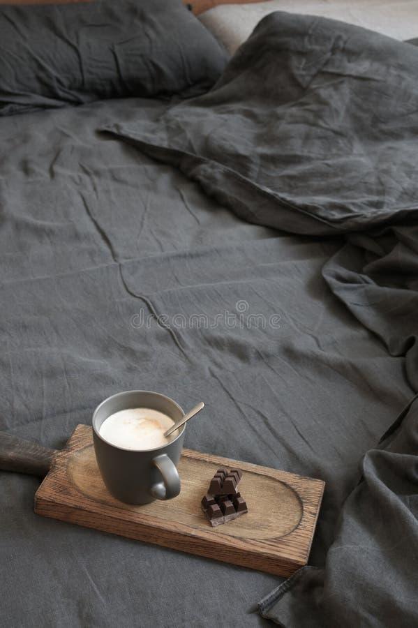 Latte и шоколад кофе в отменятьой кровати стоковое фото rf