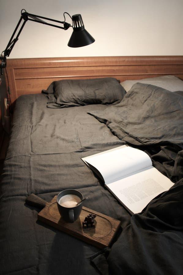 Latte и шоколад кофе в отменятьой кровати стоковое изображение rf