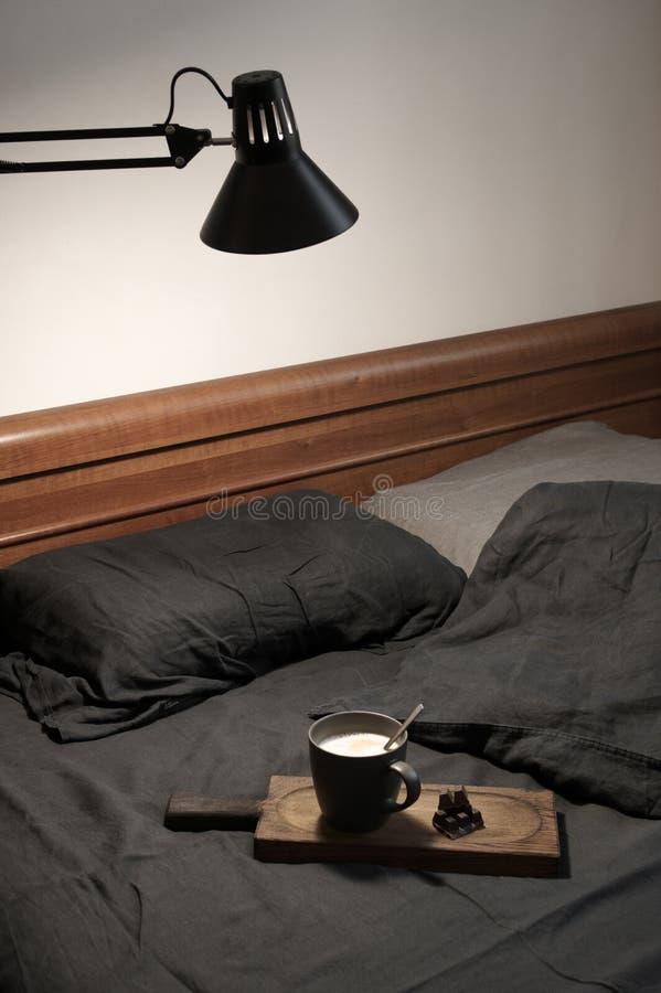 Latte и шоколад кофе в отменятьой кровати стоковая фотография rf