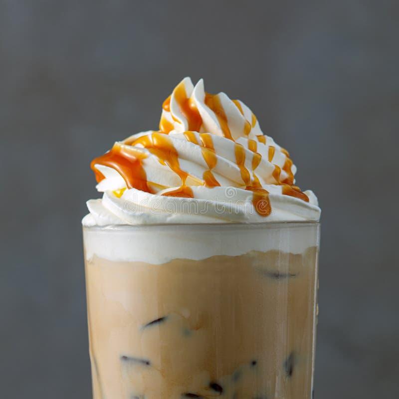 Latte кофе со льдом с взбитым соусом сливк и карамельки стоковые фото