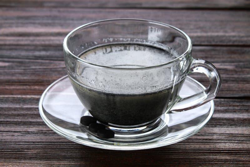 Latte угля Черное капучино Черный кофе с активированным углем стоковые фото