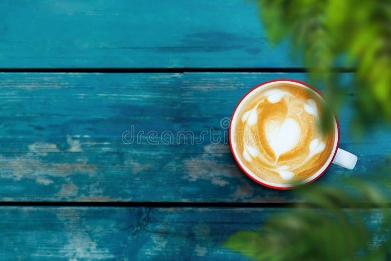 Latte чашки кофе на деревянном столе Релаксация с горячими напитком и природой r стоковые фото