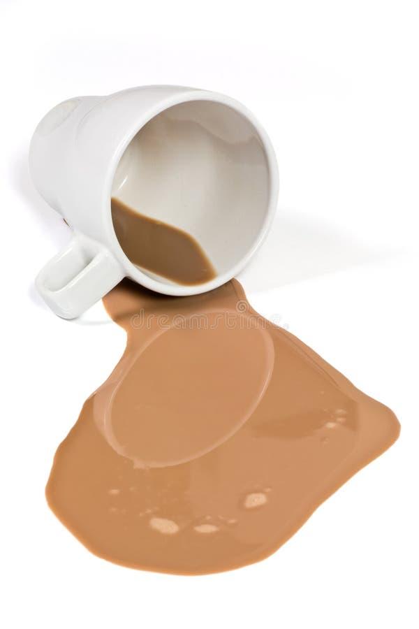 Latte al cioccolato rovesciato immagine stock