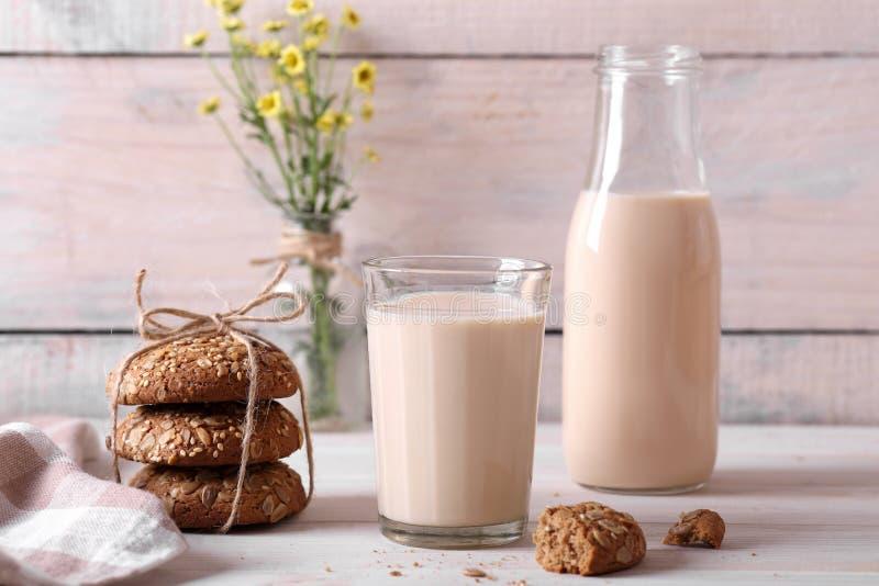 Latte al forno con i biscotti di farina d'avena fotografie stock