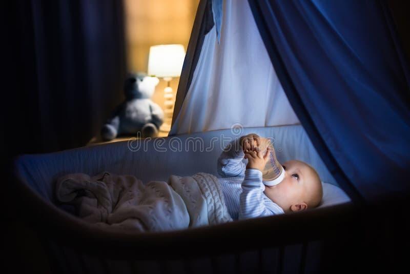 Latte alimentare del neonato a letto immagini stock libere da diritti