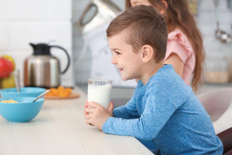 Latte alimentare del ragazzino sveglio immagine stock