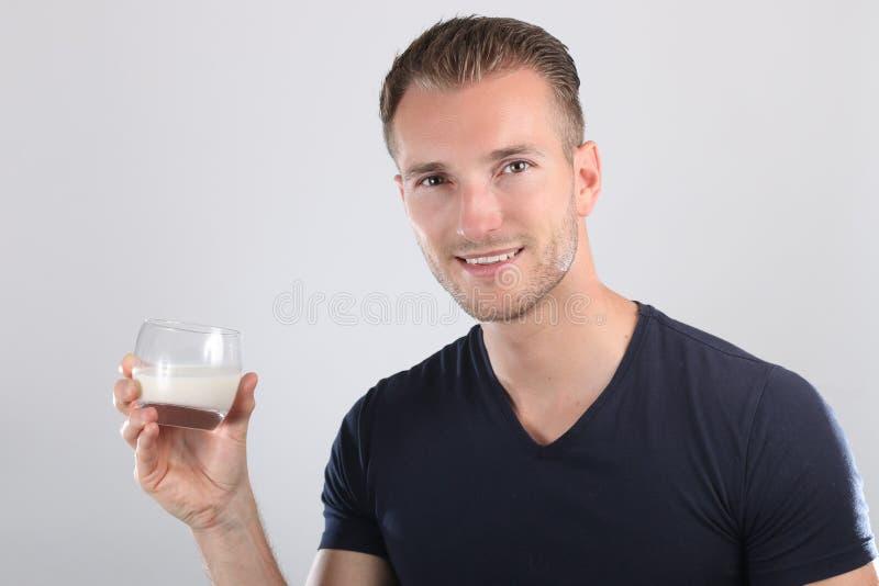 Latte alimentare dell'uomo bello fotografie stock libere da diritti