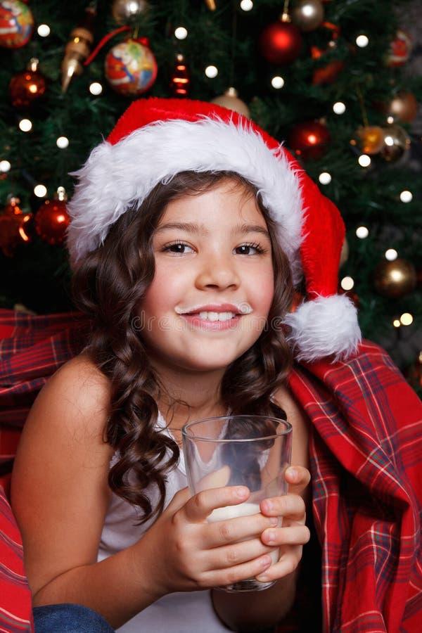 Latte alimentare della bambina felice fotografia stock