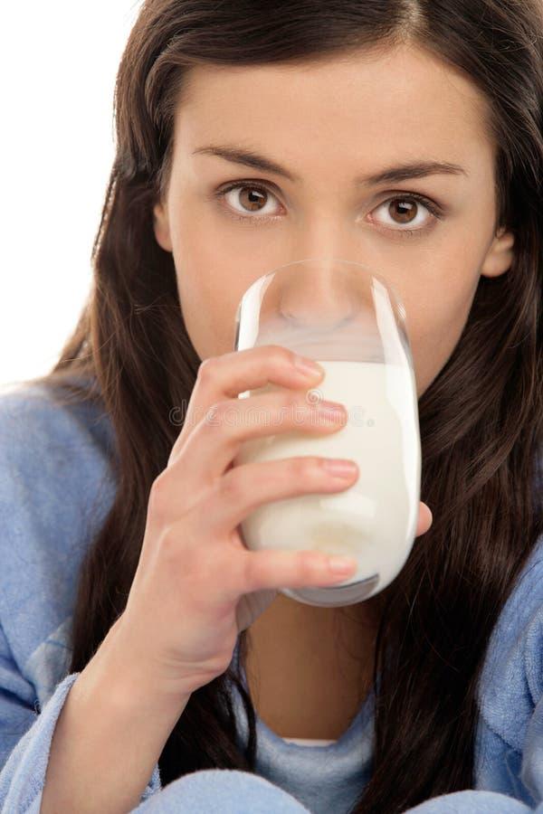 Latte alimentare della donna fotografia stock
