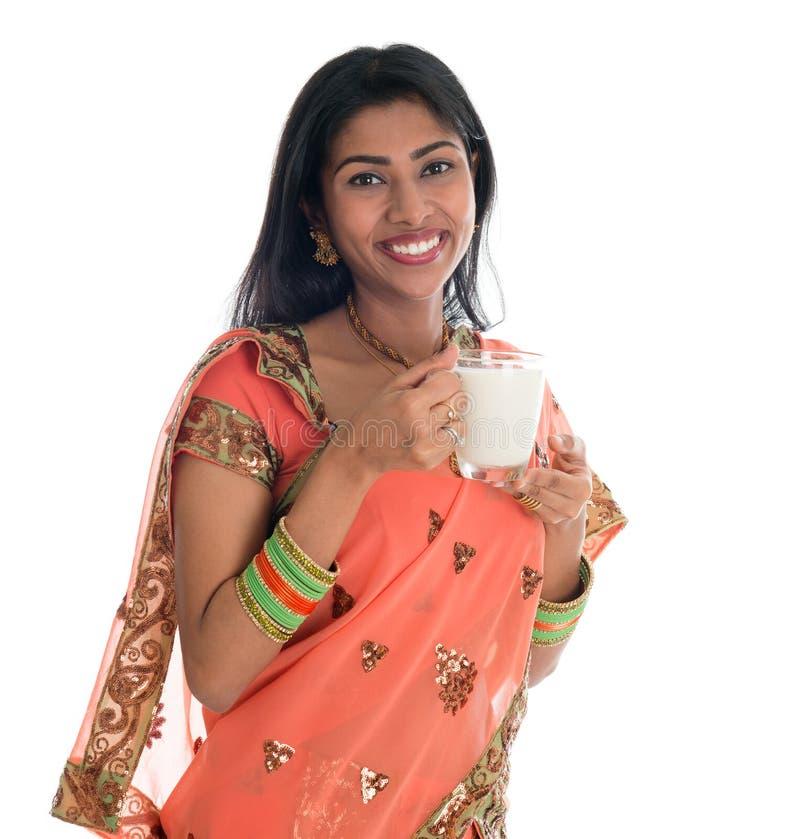 Latte alimentare della donna indiana fotografia stock libera da diritti