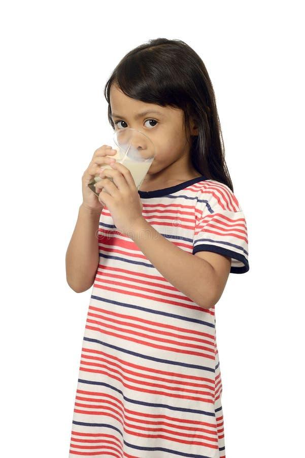 Latte alimentare della piccola ragazza asiatica sveglia fotografia stock