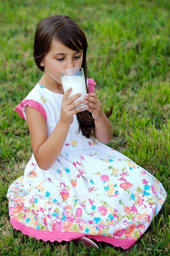 Download Latte Alimentare Della Ragazza Fotografia Stock - Immagine di latteo, medico: 3144314