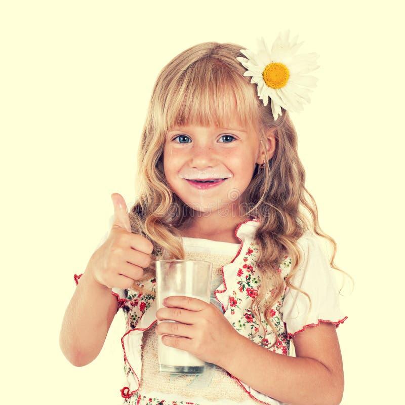 Latte Alimentare Della Ragazza Da Vetro Immagine Stock