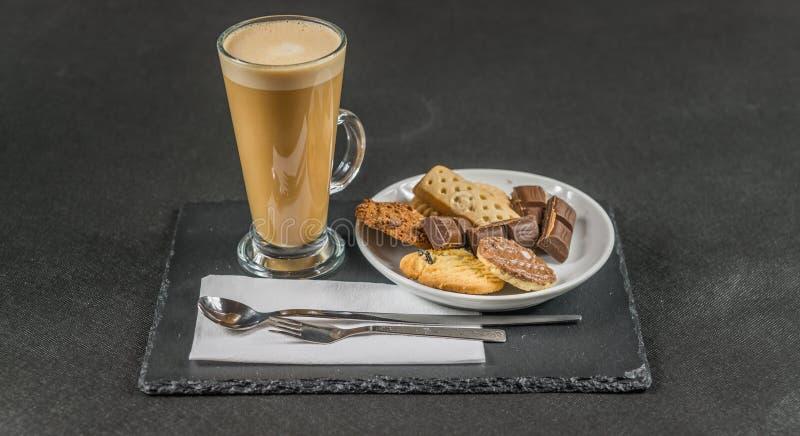 Latte aromático del café con las galletas untadas con mantequilla curruscantes, pedazos de c fotografía de archivo libre de regalías