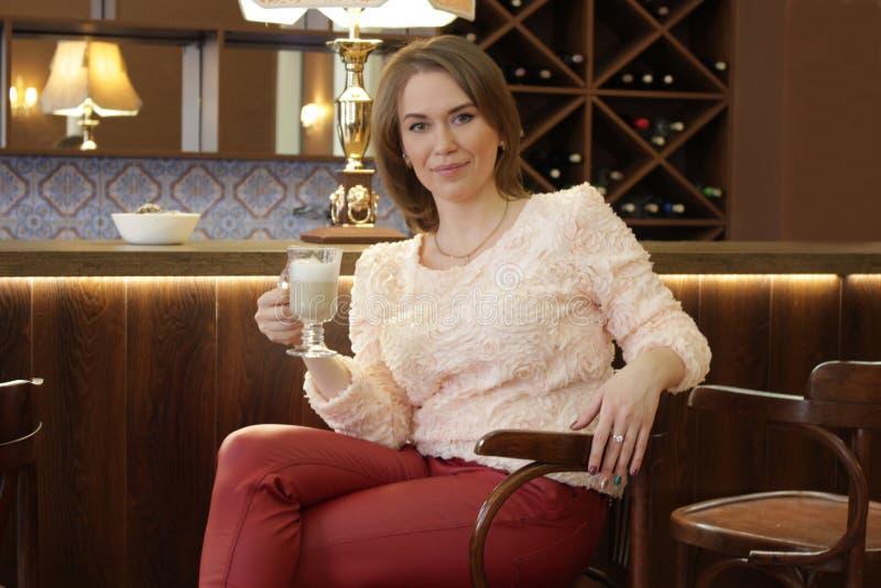 Latte bebendo da menina fotos de stock royalty free