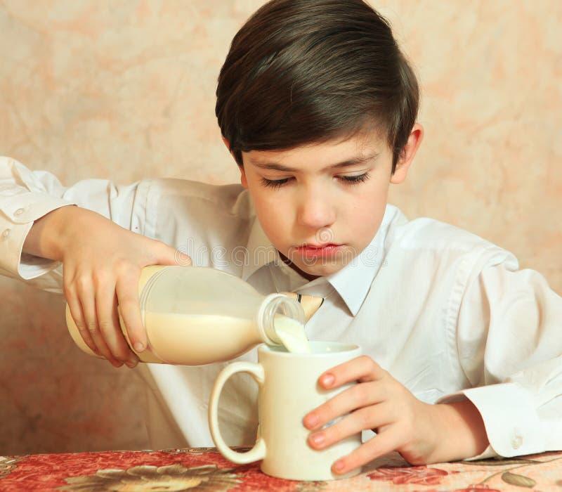 Latte bello della bevanda del ragazzo del Preteen fotografia stock libera da diritti