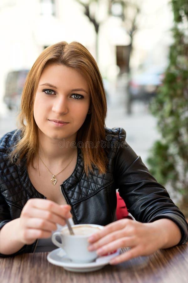 Latte bevente del caffè della giovane donna attraente fotografie stock libere da diritti