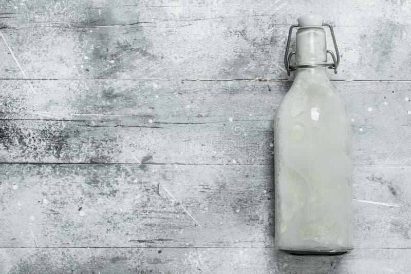 Latte in bottiglia di vetro immagini stock libere da diritti