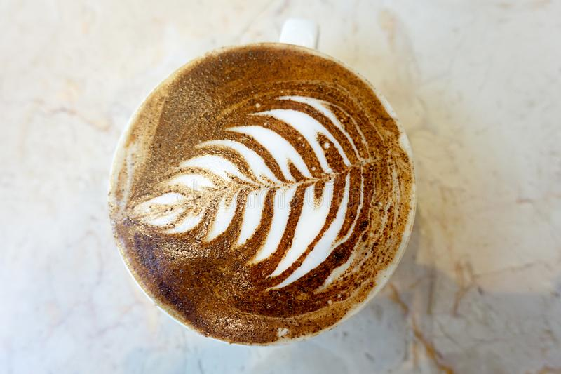 Latte café тот диаграмма цветка нарисованная на пене на своей верхней части стоковая фотография