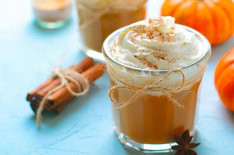 Latte, café, batido de leche o Smoothie de la especia de la calabaza con crema y canela azotados foto de archivo libre de regalías