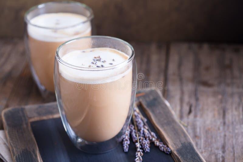 Latte caldo con lavanda immagini stock