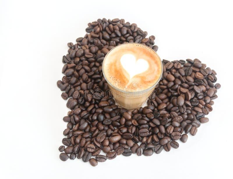 Latte caldo del caffè nel mezzo di cuore fotografia stock libera da diritti