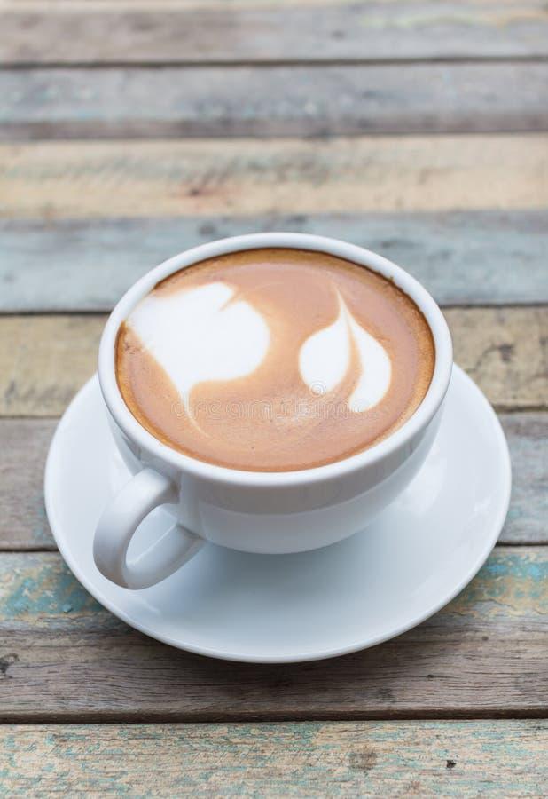 Latte caldo del caffè sul fondo di lerciume fotografia stock libera da diritti