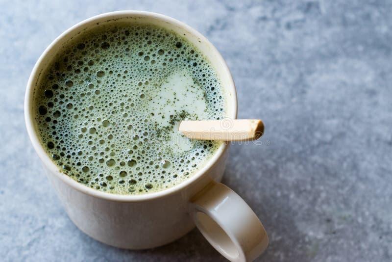 Latte caldo del tè di Matcha con latte fotografia stock libera da diritti