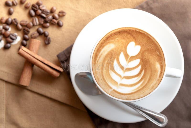 Latte caliente del café con arte del Latte fotografía de archivo